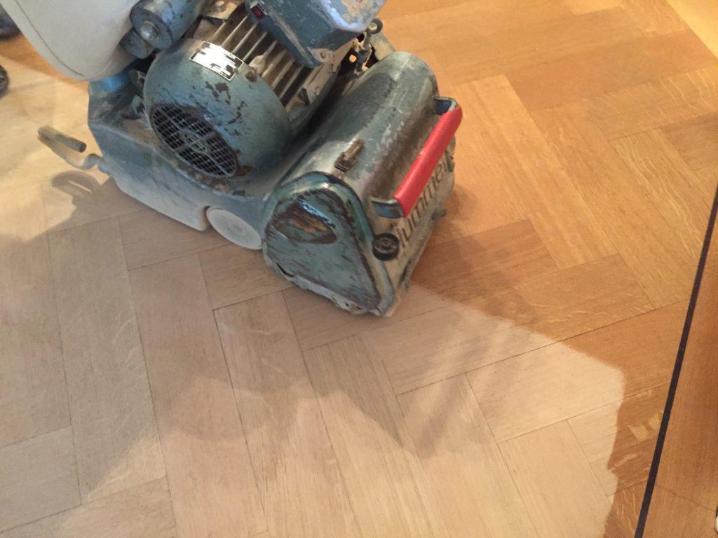 schuren van vloer met de hummel