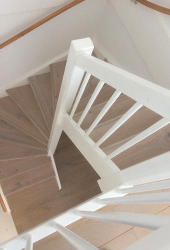 dichte trap met houten treden voor werk onbehandeld hout 02